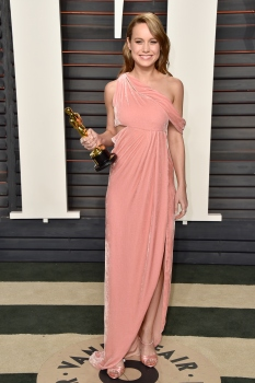 77d571290 Brie Larson usou vestido de veludo rosa Monse e sandália de Roger Vivie