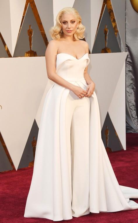 17e4d8d76 Lady Gaga arrasou em look branco da grife Brandon Maxwell que era vestido e  macacão ao