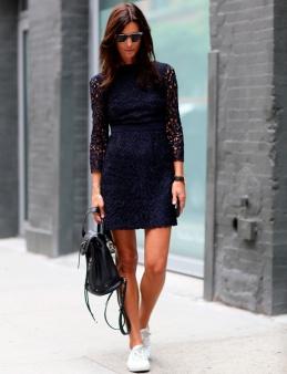 Vestido de renda ganha as ruas com o tênis