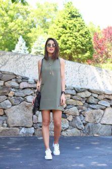 Camila Coelho veste vestido monocromático com tênis Adidas
