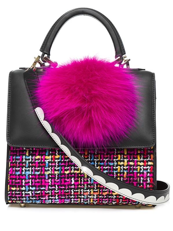Bolsa preta com pompom rosa